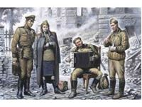 Immagine di ICM - 1:35 - May 1945 (4 figures - 1 officer, 2 soldiers, 1 military servicewoman) 35541